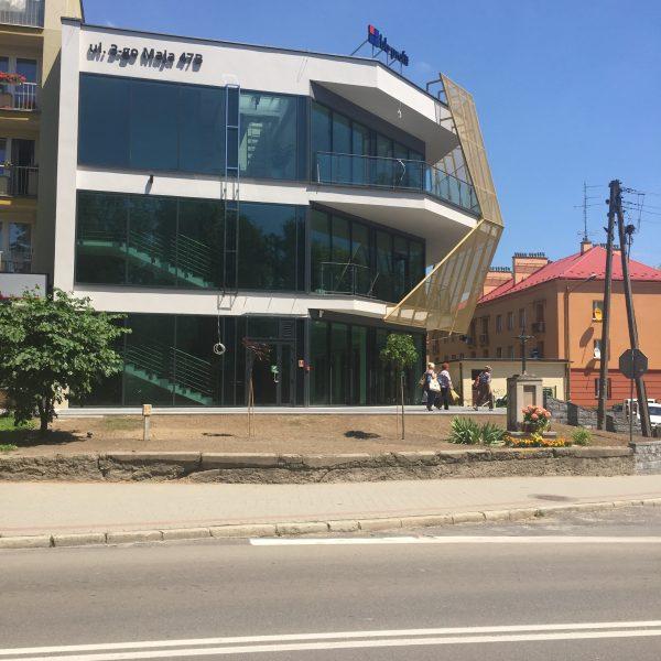 Fasady Aluminiowo szklane, drzwi, okna, Elewacja (Gruba Skóra) wykonana z blachy perforowanej.